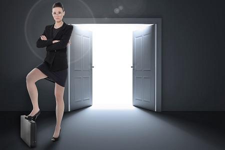 femme-jambe-appuyée-sur-une-valise