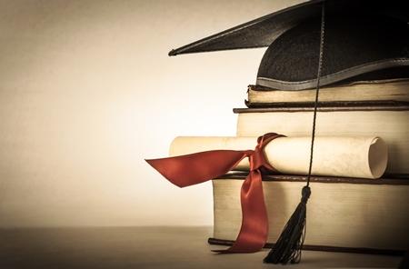 diplôme-sur-pile-de-livres