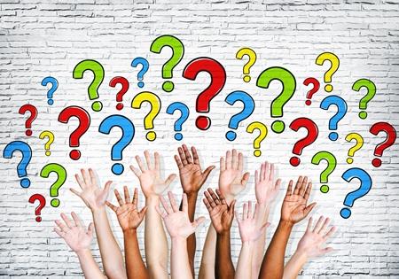 Bras de personnes multiethniques surplombés de points d'interrogation représentant les nombreux rôle du travailleur social