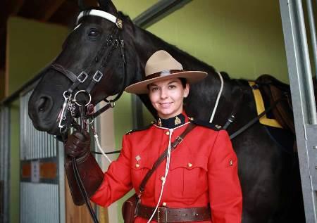 policiere-avec-cheval-uniforme-grc