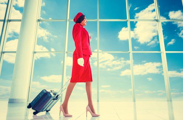 femme-agent-de-bord-avec-valise-à-l'aéroport