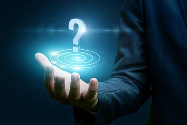 Point d'interrogation lumineux dans une main ouverte symbolisant la réponse à la question Parlez-moi de vous