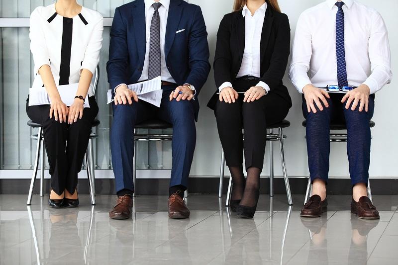 4 personnes assises en attente de leur entrevue